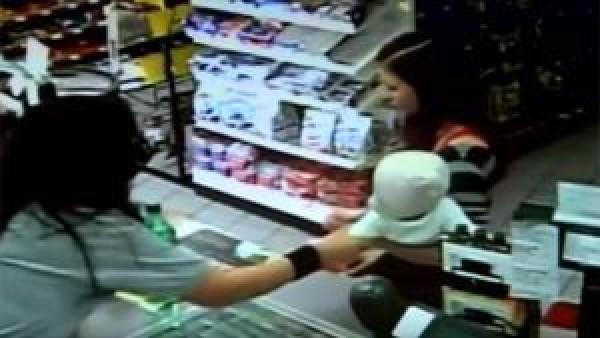 En kvinna går in i en butik med sitt lilla barn i famnen - kassörska misstänker omedelbart att något är fel