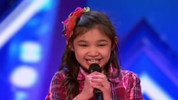 Den lilla flickan säger att hon kan sjunga som Whitney Houston - sekunder senare får alla gåshud