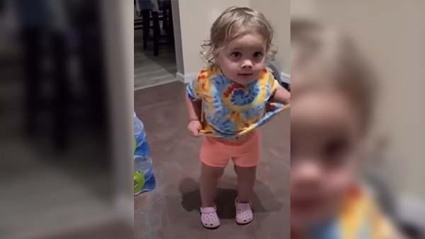 2-åriga flickan togs på bar gärning - diskussionen som uppstår med föräldrarna är bara för underbar
