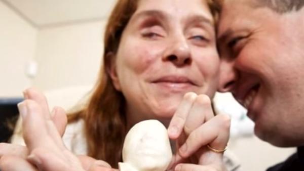 Det blinda paret kan inte se sin son på monogrambilden - det läkaren gör då rör hela internet till tårar